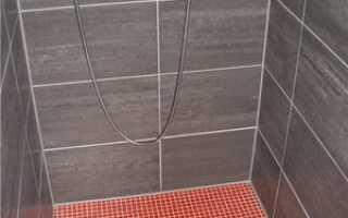 Слив в полу ванной комнаты