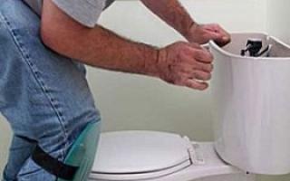 Как отрегулировать уровень воды в бачке унитаза